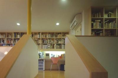 階段踊り場から書斎を見ました。 (吹き抜けに面した書斎のある家)