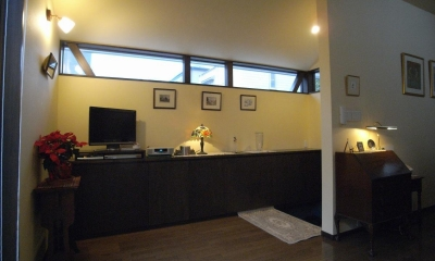英国アンティーク家具の似合う家 (内部から見ると高窓の感じが分かると思います。)