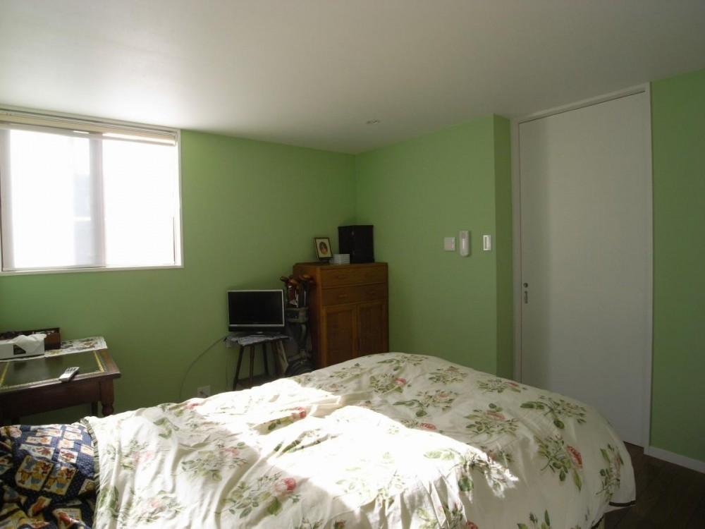 英国アンティーク家具の似合う家 (寝室の壁は薄い緑です。)