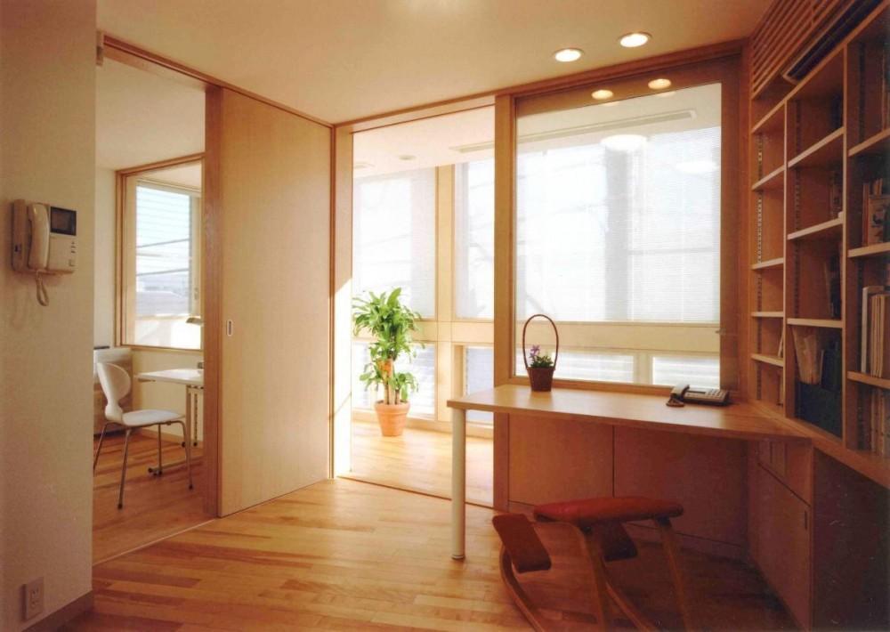 アレルギー対策を考えた家 (1 階が鉄筋コンクリート造仕事場。 2・3 階が木造の家族の住宅という構成です。)