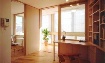 1 階が鉄筋コンクリート造仕事場。 2・3 階が木造の家族の住宅という構成です。|アレルギー対策を考えた家