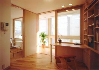 1 階が鉄筋コンクリート造仕事場。 2・3 階が木造の家族の住宅という構成です。 (アレルギー対策を考えた家)