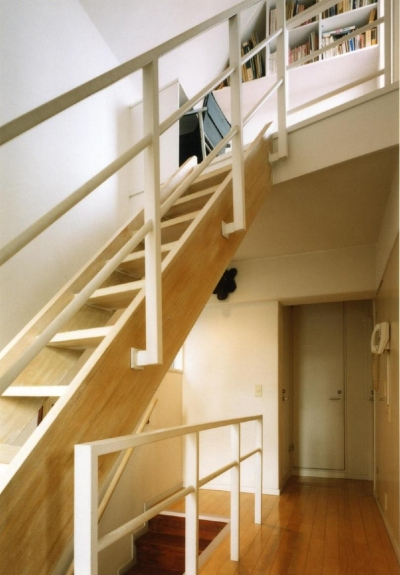階段は建て主の希望で木製にしています。 (共同住宅形式とした2世帯住宅)