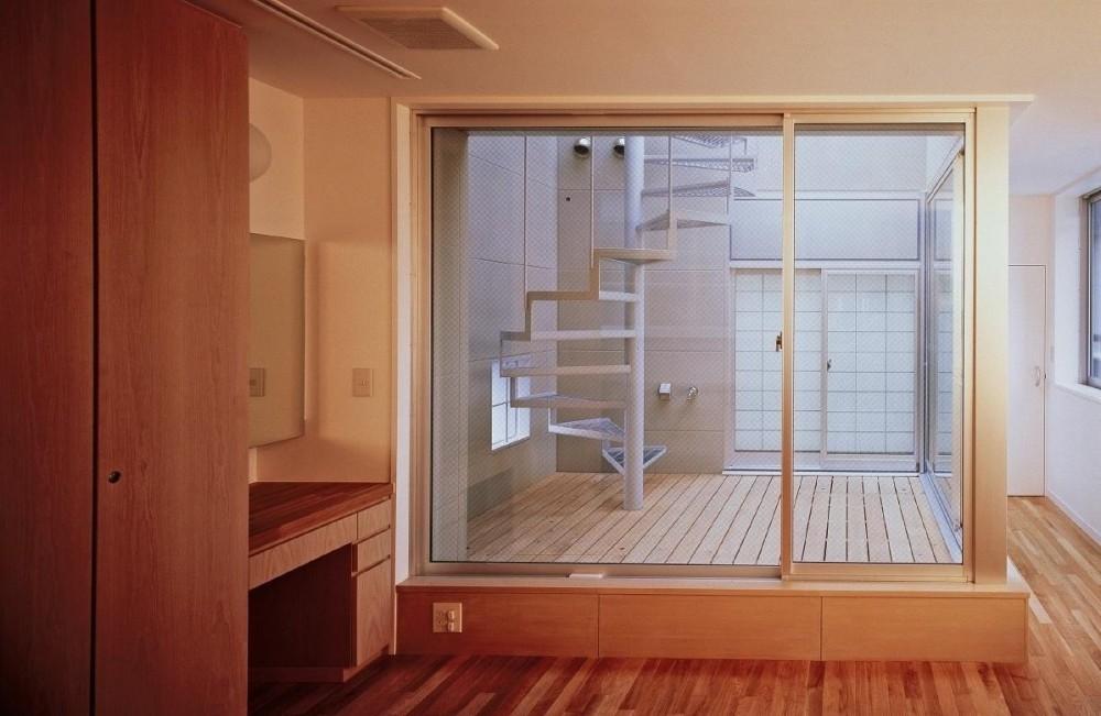 スタジオ鳥村ビル (10階の中庭は柔らかな光を取り入れ、風を逃がします。)