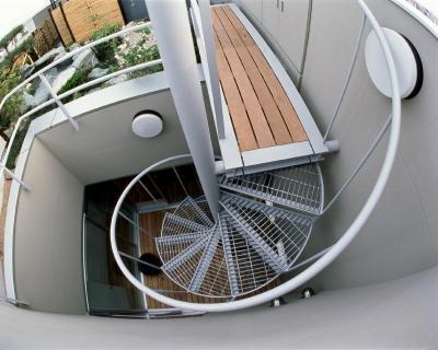 魚眼レンズで撮影した10階中庭から屋上に上がる螺旋階段です。 (スタジオ鳥村ビル)