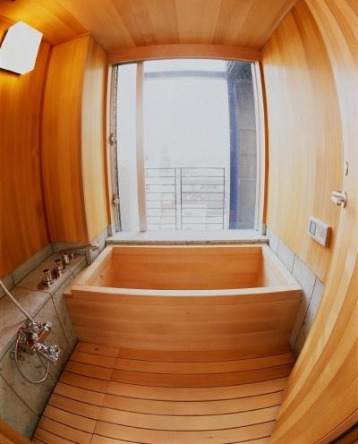 魚眼レンズで撮影した9階の展望風呂です。 (スタジオ鳥村ビル)