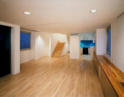 スタジオ鳥村ビル (リビング・ダイニングから、 キッチン・階段を見ています。)