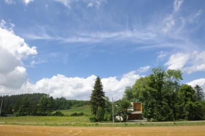 富良野の自然に囲まれた暮らし O邸 (どこまでも広い青い空の下 ご家族の暮らしが営まれています)