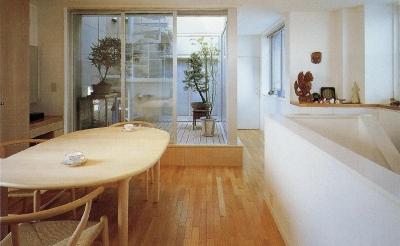 スタジオ鳥村ビル (10階の中庭も何やら和風になってきました。)