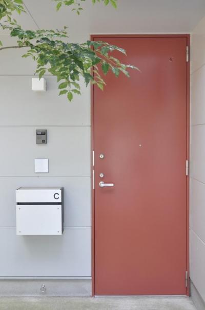 荻窪テラスハウス・アールグレイ (玄関のドアの色は建て主が色々検討の末 決定されたものです。)