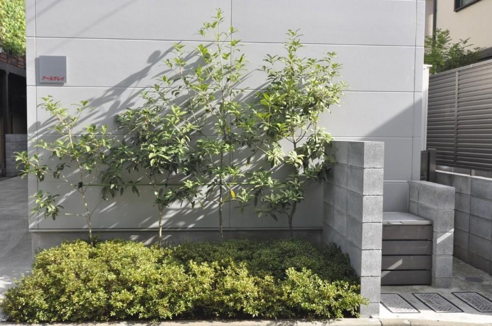 荻窪テラスハウス・アールグレイ (左上が正方形が表札、右に見えるのが制作したゴミ箱です。)