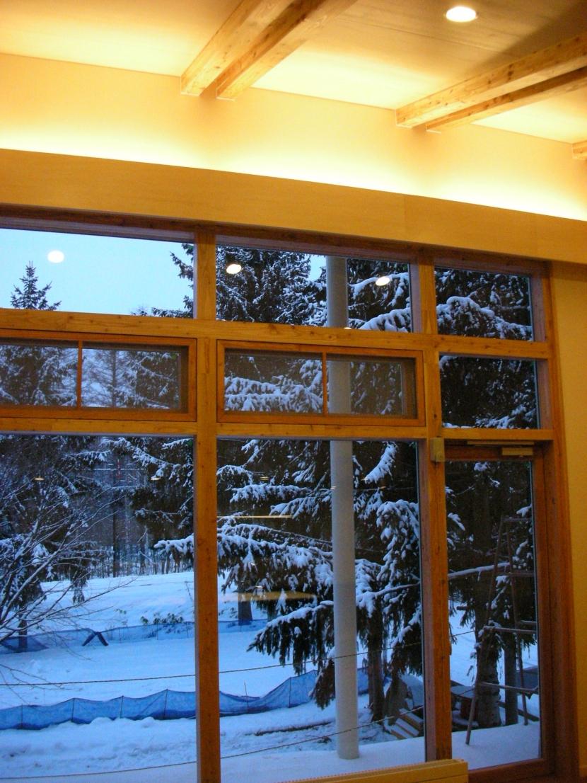 富良野の牧場に建つ 癒しの住まい F邸の部屋 窓の外では雪が静かに、、、、