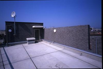 屋上のコーナー。 (狭小間口に建てた集合住宅)