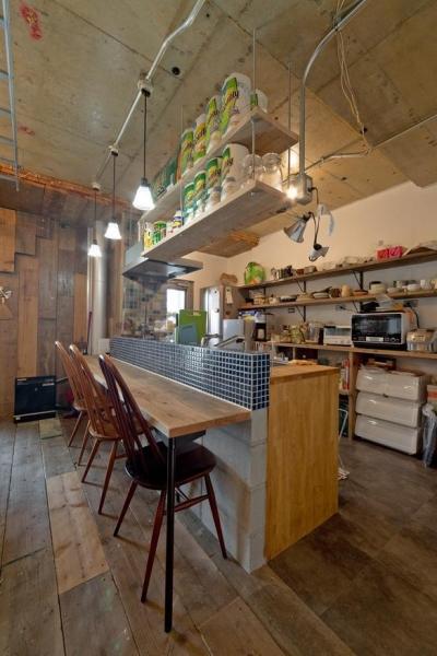 ダイニングキッチン (1ROOM仕立てのカリフォルニアスタイルリノベーション 夏風添え)