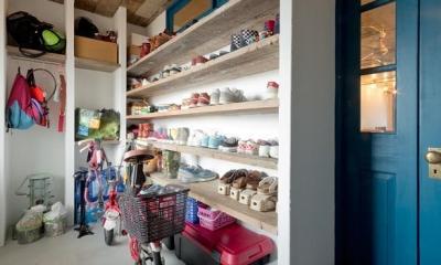 自転車のおける玄関土間|1ROOM仕立てのカリフォルニアスタイルリノベーション 夏風添え