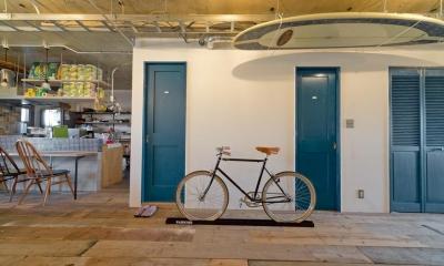 自転車のあるリビング|1ROOM仕立てのカリフォルニアスタイルリノベーション 夏風添え