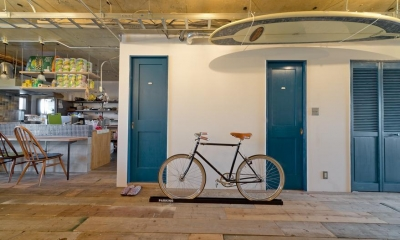 1ROOM仕立てのカリフォルニアスタイルリノベーション 夏風添え (自転車のあるリビング)