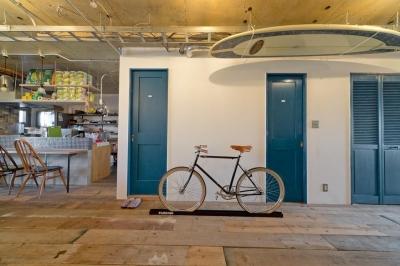 自転車のあるリビング (1ROOM仕立てのカリフォルニアスタイルリノベーション 夏風添え)