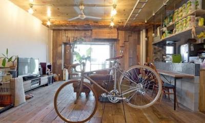 1ROOM仕立てのカリフォルニアスタイルリノベーション 夏風添え (自転車のあるリビング2)