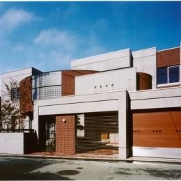 2階オープンテラスのある、焼きすぎレンガタイルの家 I邸 (コンクリート打ち放しとレンガタイルの外観)