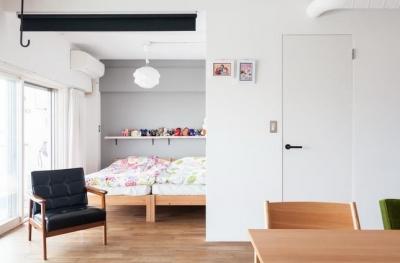 ベッドルーム (H邸-渋谷方面が見下ろせる、抜けのある眺望を生かす)
