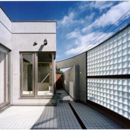 2階オープンテラスのある、焼きすぎレンガタイルの家 I邸 (2階のオープンテラスはガラスブロックで囲まれています)