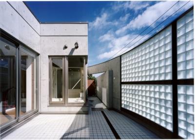 2階のオープンテラスはガラスブロックで囲まれています (2階オープンテラスのある、焼きすぎレンガタイルの家 I邸)