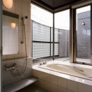 浴室からオープンテラスを望む