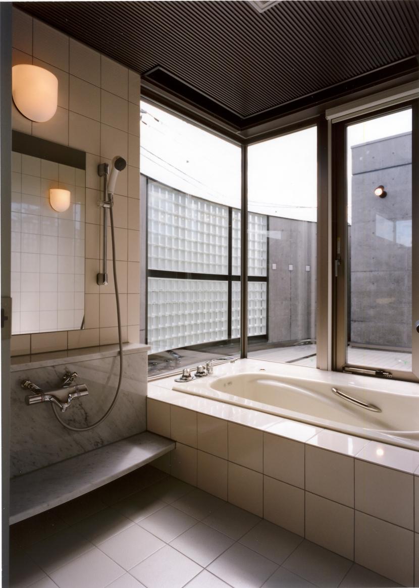 2階オープンテラスのある、焼きすぎレンガタイルの家 I邸の部屋 浴室からオープンテラスを望む