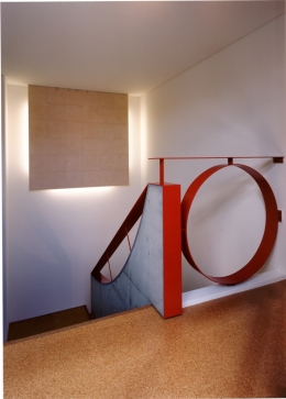 2階オープンテラスのある、焼きすぎレンガタイルの家 I邸 (階段ホール 間接照明の部分は絵画用)