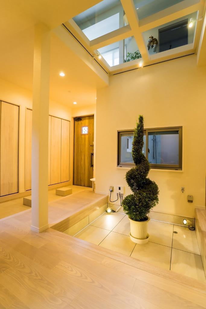 リノベーション・リフォーム会社:QUALIA「玄関ホールの坪庭に明るい光が降り注ぐ開放的な住まい」