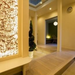 玄関ホールの坪庭に明るい光が降り注ぐ開放的な住まい (玄関ホール)