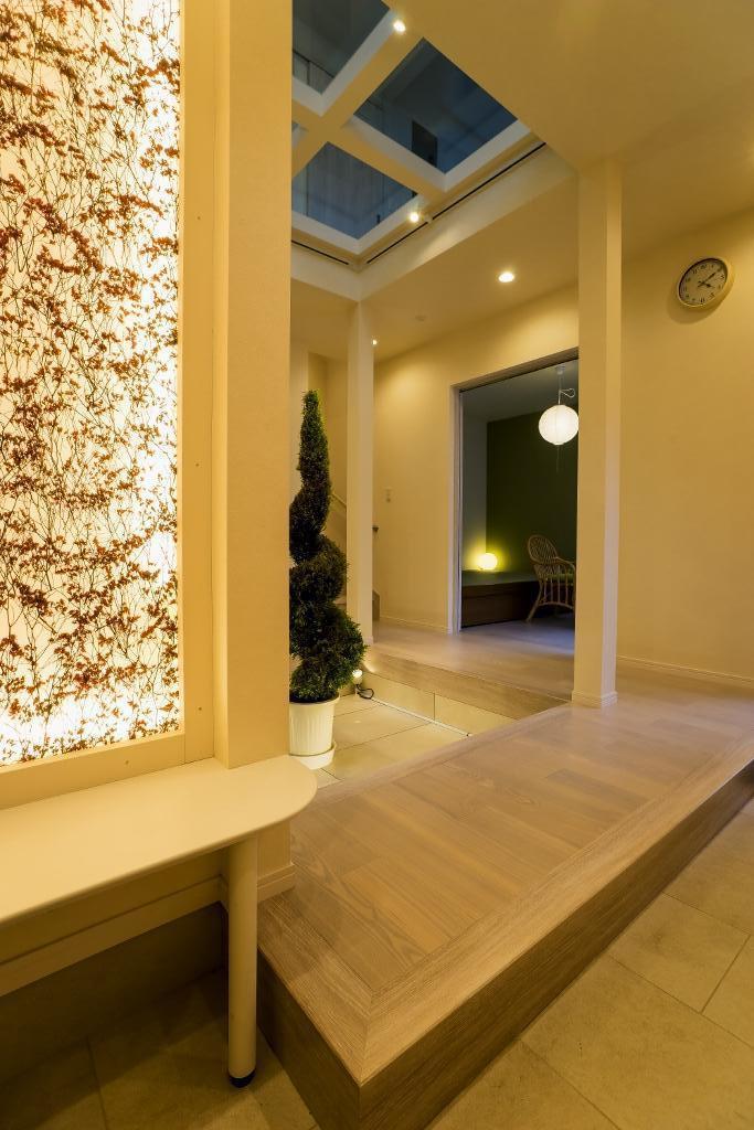 玄関ホールの坪庭に明るい光が降り注ぐ開放的な住まいの部屋 玄関ホール