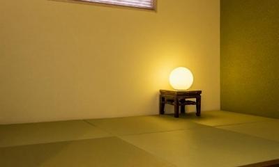 玄関ホールの坪庭に明るい光が降り注ぐ開放的な住まい (和室)