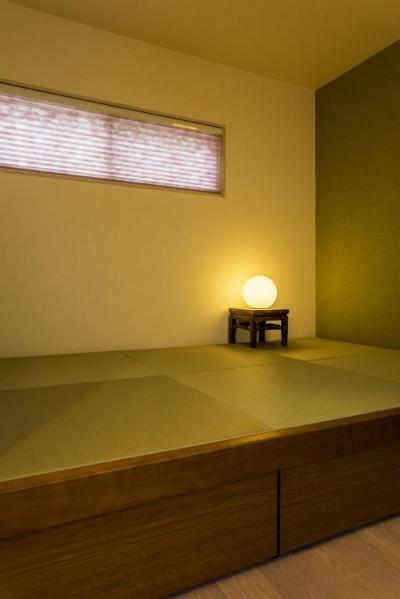 和室 (玄関ホールの坪庭に明るい光が降り注ぐ開放的な住まい)