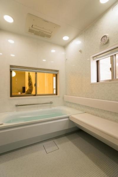 浴室 (玄関ホールの坪庭に明るい光が降り注ぐ開放的な住まい)