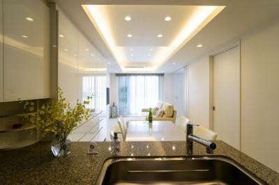 ホワイトを基調にした明るい空間に生まれ変わったタワーマンション (ダイニングキッチン)