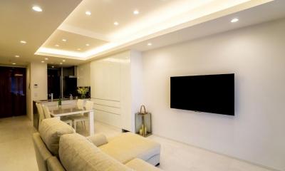 ホワイトを基調にした明るい空間に生まれ変わったタワーマンション (リビングダイニング)