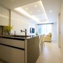 ホワイトを基調にした明るい空間に生まれ変わったタワーマンションの写真 キッチン