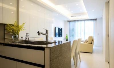 ホワイトを基調にした明るい空間に生まれ変わったタワーマンション (キッチン)