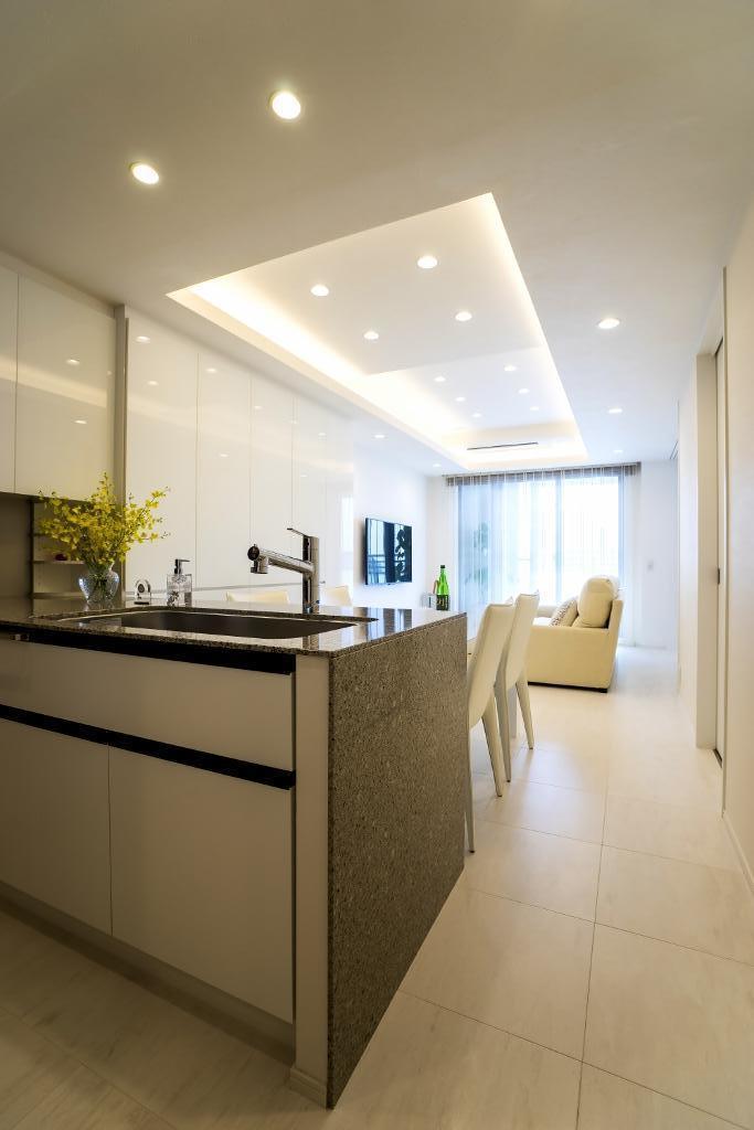 ホワイトを基調にした明るい空間に生まれ変わったタワーマンションの部屋 キッチン