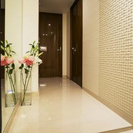 ホワイトを基調にした明るい空間に生まれ変わったタワーマンション (玄関ホール)