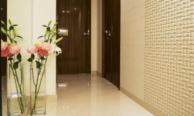 玄関ホール|ホワイトを基調にした明るい空間に生まれ変わったタワーマンション
