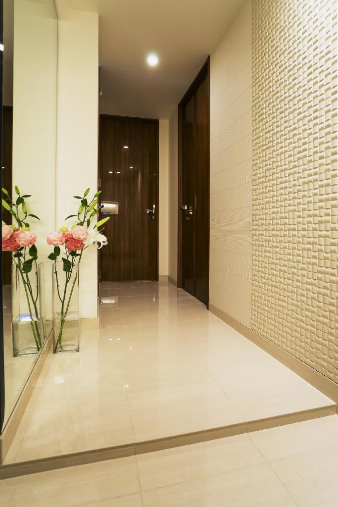 ホワイトを基調にした明るい空間に生まれ変わったタワーマンションの写真 玄関ホール