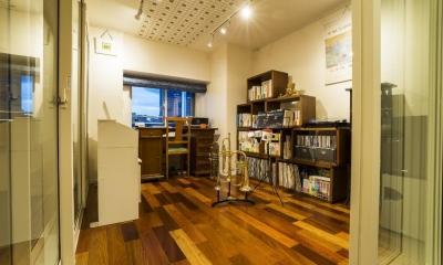 開放的な音楽スタジオを備えたタイルで彩られた空間 (音楽スタジオ)