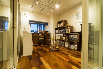 音楽スタジオ (開放的な音楽スタジオを備えたタイルで彩られた空間)