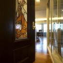 開放的な音楽スタジオを備えたタイルで彩られた空間の写真 リビングドア