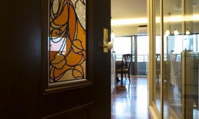 開放的な音楽スタジオを備えたタイルで彩られた空間 (リビングドア)