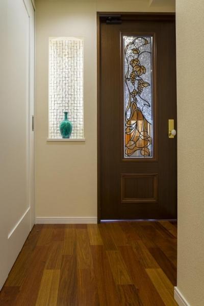 廊下 (開放的な音楽スタジオを備えたタイルで彩られた空間)