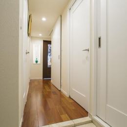 開放的な音楽スタジオを備えたタイルで彩られた空間 (玄関ホール)